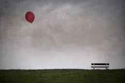 Bank mit Luftballon